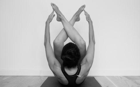 """cours de yoga à marseille chez yhom """"un lotus pousse dans la vase d'un étang, mais aucune boue ne peut entacher ses pétales purs comme jade"""""""