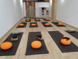 studio de yoga avec mat